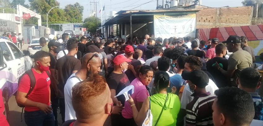 Cubanos y centroamericanos protagonizan una pelea a golpes afuera de una oficina de Inmigración en México