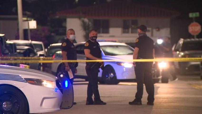 Vecinos en tranquilo vecindario de Miami encuentran a una mujer con un disparo en la cabeza dentro de su auto
