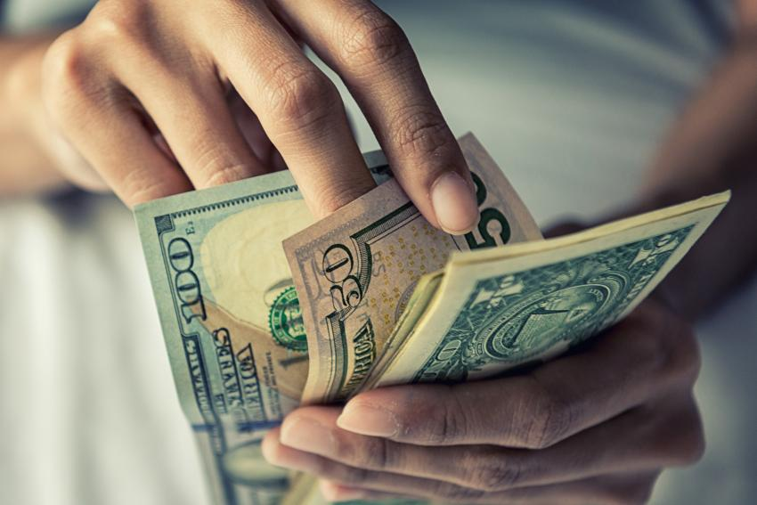 Precio del dólar en el mercado negro en Cuba alcanza los $50 pesos