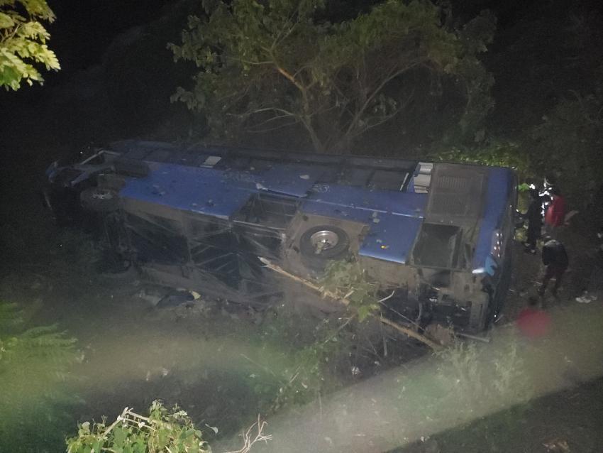 Al menos 10 muertos en ómnibus que cayó por el puente de Güines