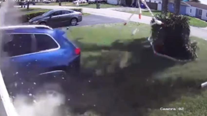 En cámara el momento en que un auto choca contra una casa en el sur de la Florida, queda totalmente estacionado dentro