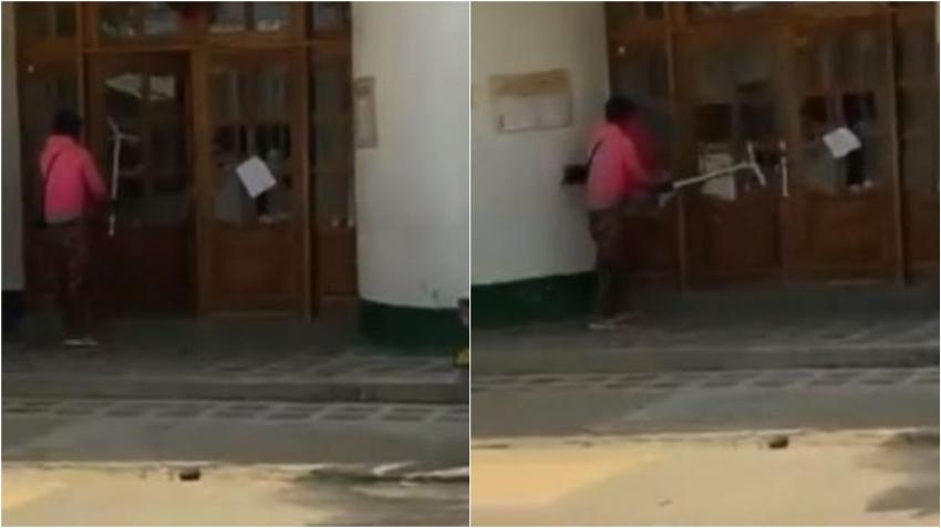 Cubano vandaliza alcaldía en Necoclí, Colombia, como protesta por no dejarlos seguir su camino a EEUU