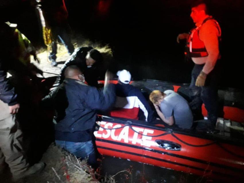 Autoridades de inmigración en México rescatan a 4 cubanos varados en el río Bravo