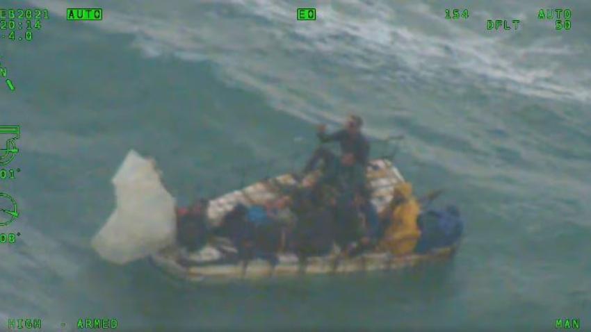 Autoridades de inmigración liberan a 2 de los 8 balseros cubanos encontrados en el mar el pasado domingo