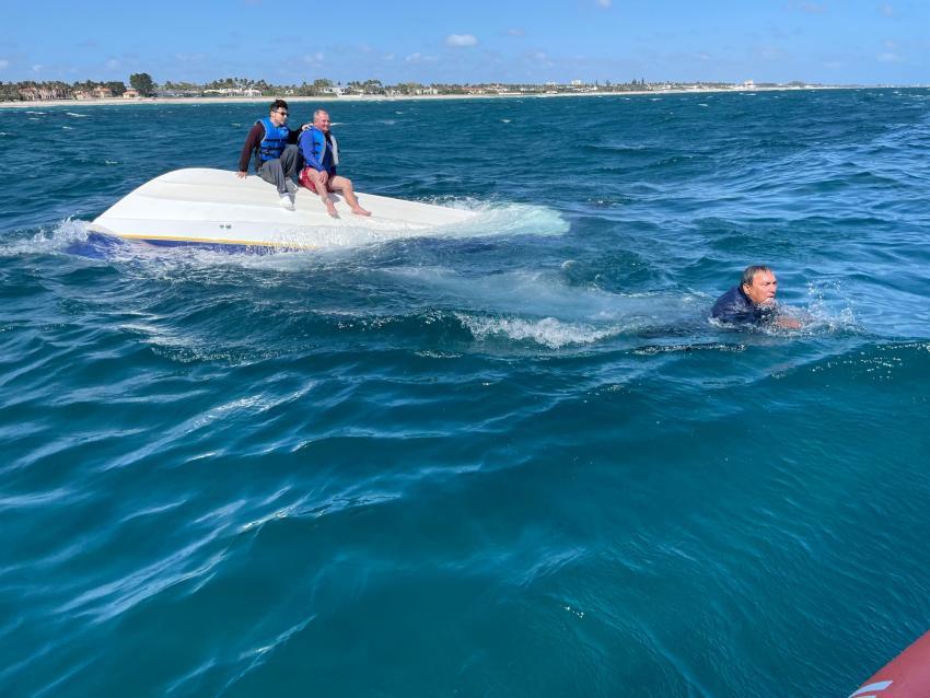 Guardia Costera rescata a 3 tripulantes que se bote de 21 pies se volcó en el Sur de la Florida