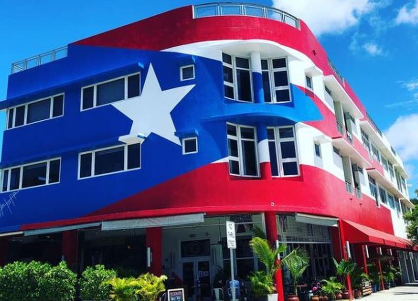 Ciudad de Miami ordena al restaurante La Placita quitar la pintura de la bandera de Puerto Rico de la fachada
