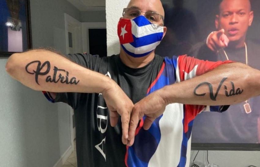 Cubano se tatúa Patria y Vida en los brazos
