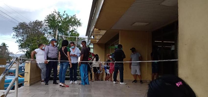 Impiden a cubanos entrar a una tienda en la Isla, mientras dejan pasar a franceses