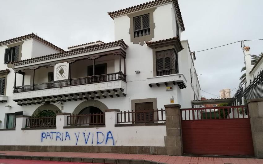 """Enorme letrero de """"Patria y Vida"""" aparece pintado en el muro del Consulado del régimen en Las Palmas de Gran Canaria, España"""