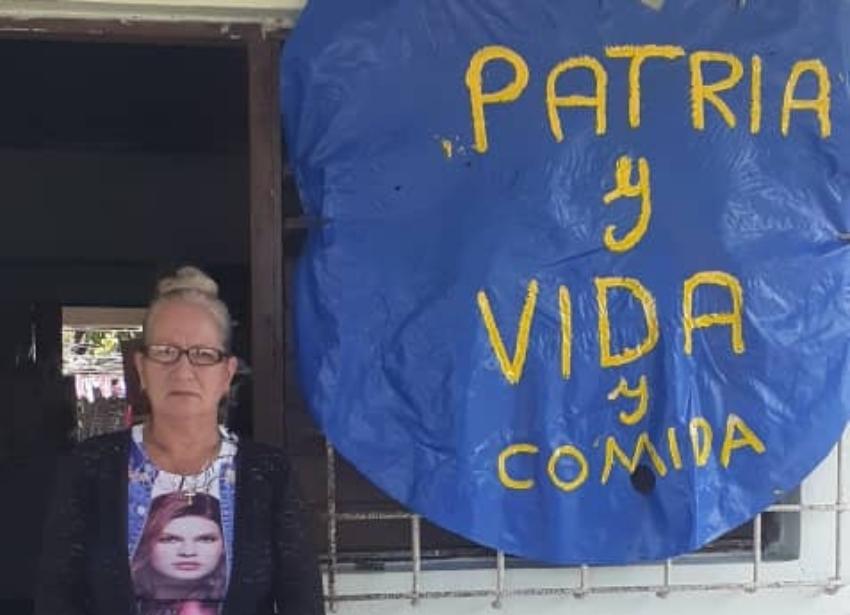 """En el poblado de Guaro, Holguín, una cubana coloca un cartel afuera de su casa: """"Patria y Vida y comida"""""""