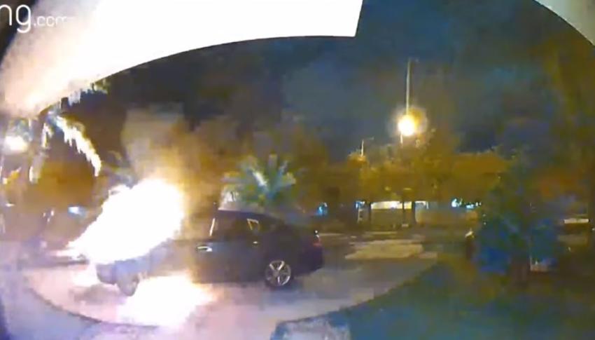 En cámara un hombre incendia dos vehículos afuera de una casa del suroeste de Miami Dade