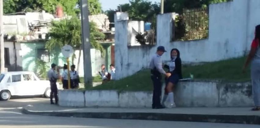 Captan a policías castristas asediando a adolescentes de un pre-universitario en Cienfuegos