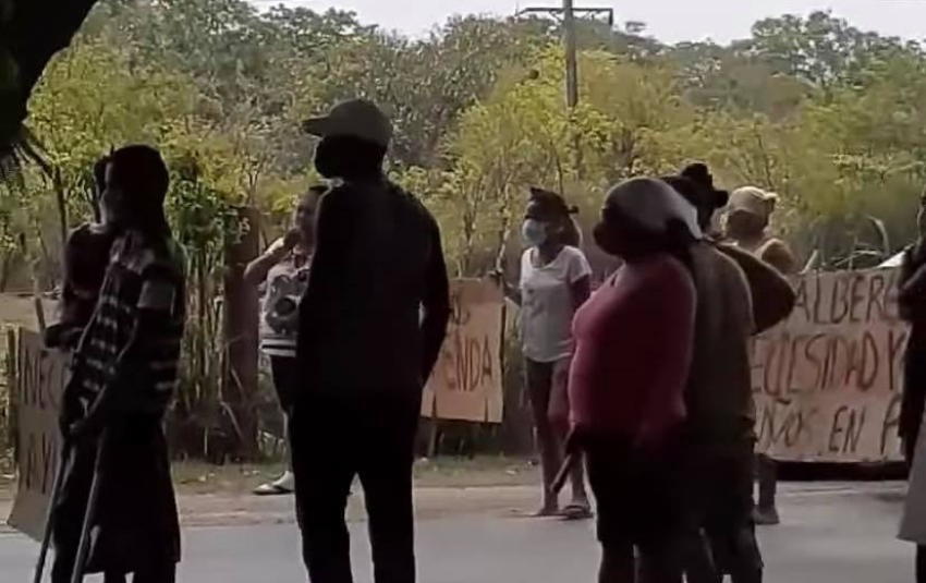 Madres se lanzan a la calle a protestar en Arroyo Naranjo y paran el tráfico