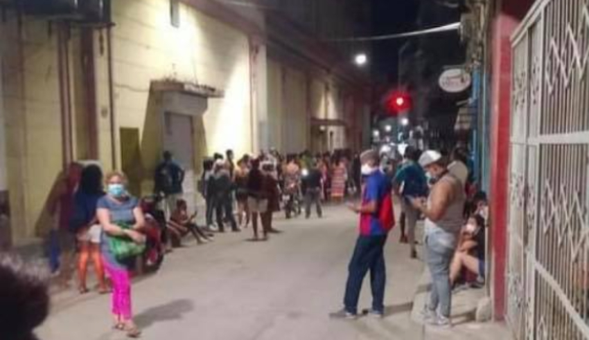 Multitud de personas haciendo cola afuera de la tienda Trasval en La Habana, a las 5 am
