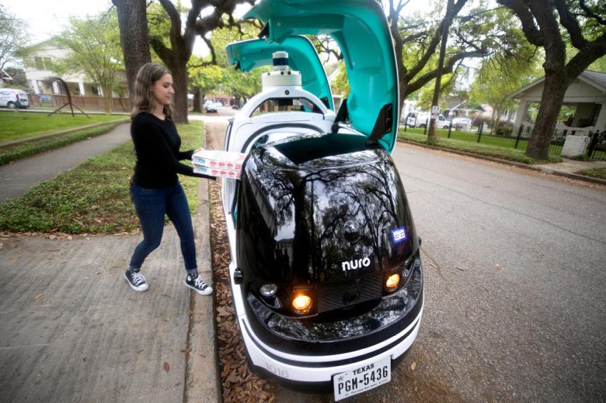 Pizzerías Domino's comienza a probar coche robot para entregar sus pizzas