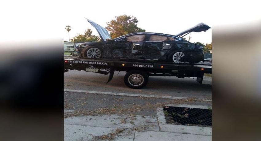 Auto Tesla a alta velocidad impactó una casa en el Sur de la Florida