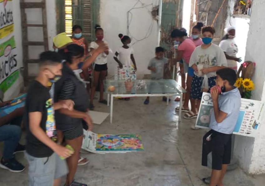 Luis Manuel Otero Alcántara logra hacer la actividad con los niños de San Isidro, y regalarles las bolsas de caramelos y libros