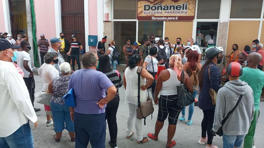 Prensa oficialista incómoda por tumulto afuera de una panadería-dulcería en Holguín