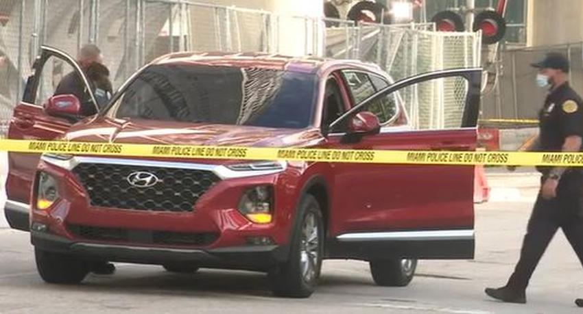 Balean un automóvil que conducía por el downtown de Miami, la policía investiga