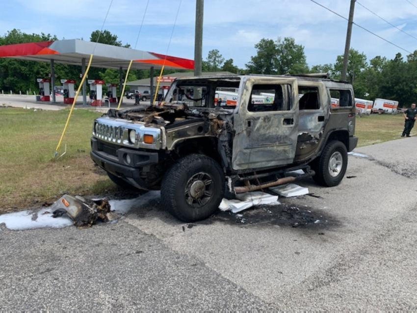 Hummer estalla en llamas después de que el conductor acaparó contenedores de combustible en una gasolinera de Florida