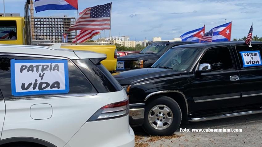 Cubanos exiliados asistirán a juego de pelota de Cuba en Florida con camisetas de Patria y Vida