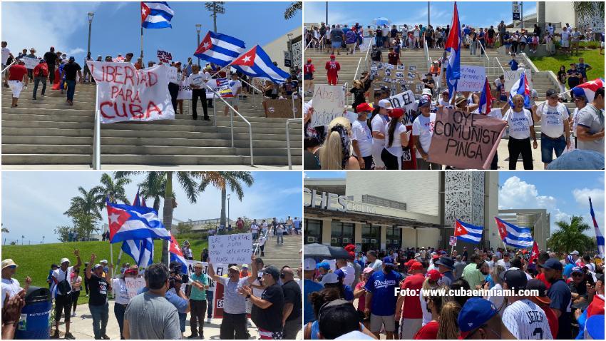 """Éxito total manifestación con carteles de ¡Abajo la dictadura! y """"Patria y vida"""", durante el juego de pelota entre Cuba y Venezuela en Florida"""