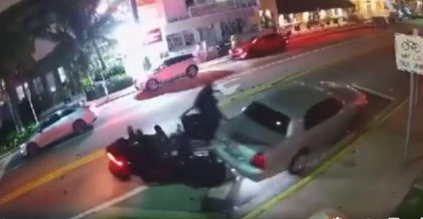 En cámara como un Slingshot impacta a un auto en Miami Beach y después se da a la fuga