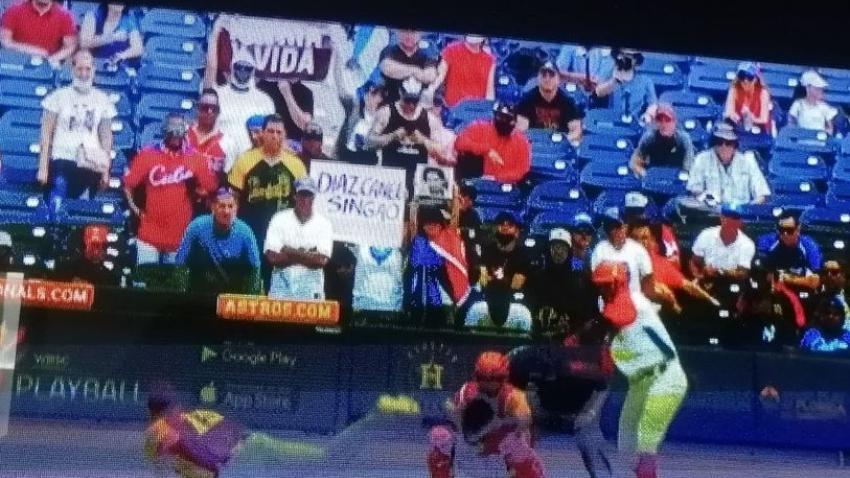 Mensajes de Patria y Vida y en contra de Díaz-Canel se ven en la televisión cubana durante la transmisión del partido