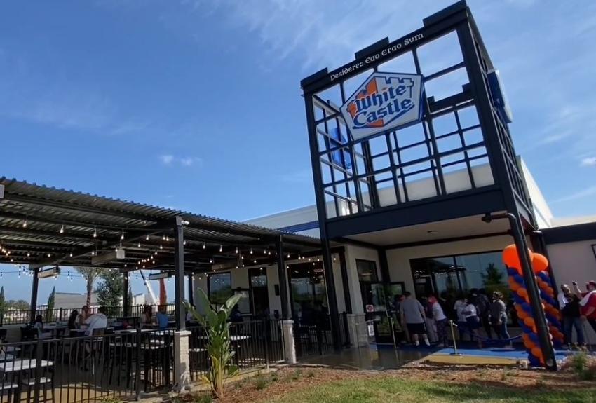 Después de más de 50 años regresa a Florida popular lugar de hamburguesas White Castle con su local más grande en el mundo