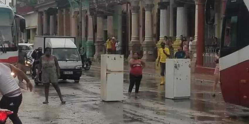 """Habaneras se plantan en el medio de la vía pública con sus refrigeradores, protestando por el """"hambre y la miseria"""" que se vive en Cuba"""