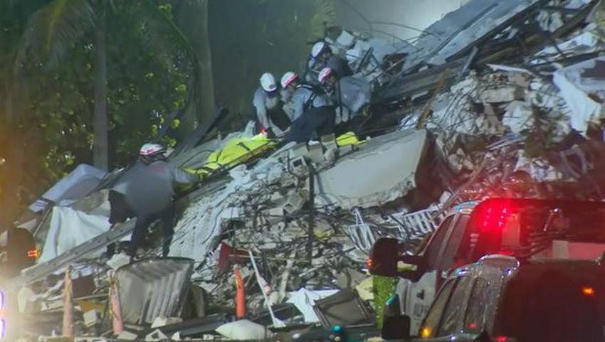 Rescatistas retiran un cuerpo de los escombros del edificio derrumbado en Surfside, la cifra de muertos sube a 4