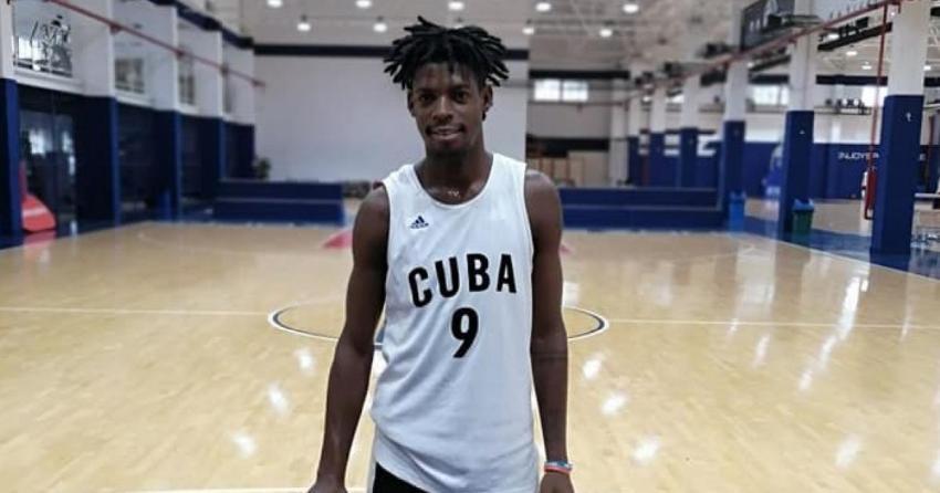 Jugador de baloncesto del equipo Cuba abandona la selección en un vuelo que hacía escala en Madrid