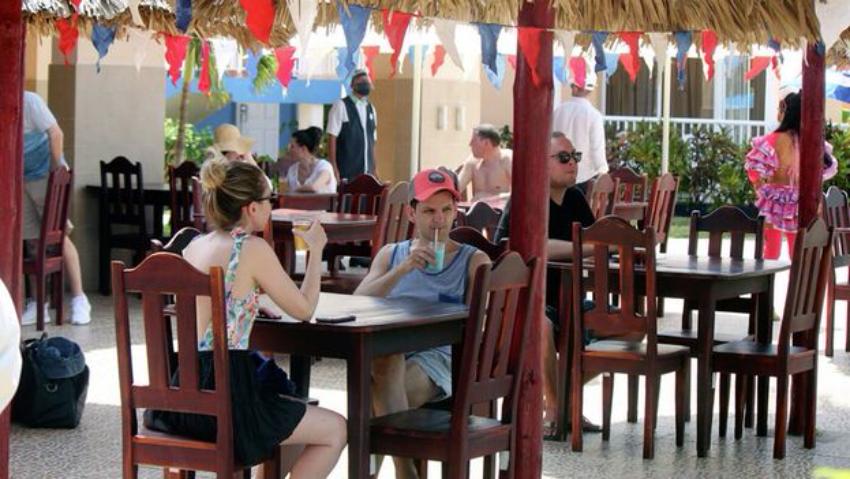 Estrés entre los trabajadores de polos turísticos cubanos, porque los turistas rusos se niegan a usar nasobuco