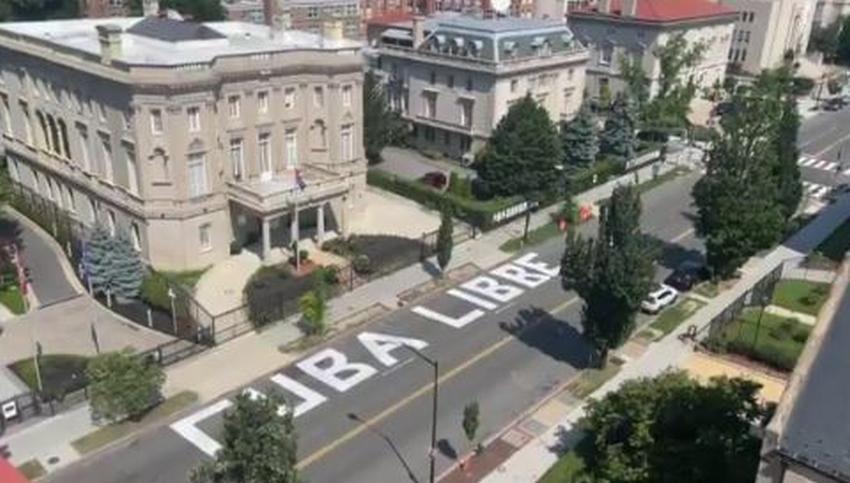 Enorme cartel de Cuba Libre aparece frente a la embajada de Cuba en Estados Unidos