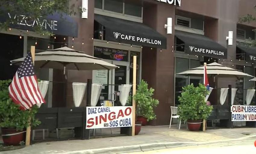 """Asociación de un edificio en el Downtown de Miami ordena a propietario de restaurante cubano quitar cartel de """"Díaz-Canel Singao"""""""