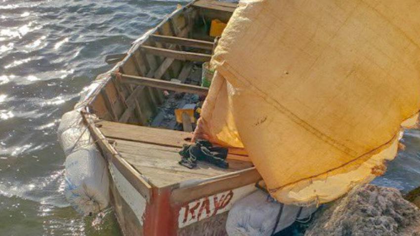 Grupo de 14 balseros cubanos llegan a los Cayos de la Florida en una embarcación rústica