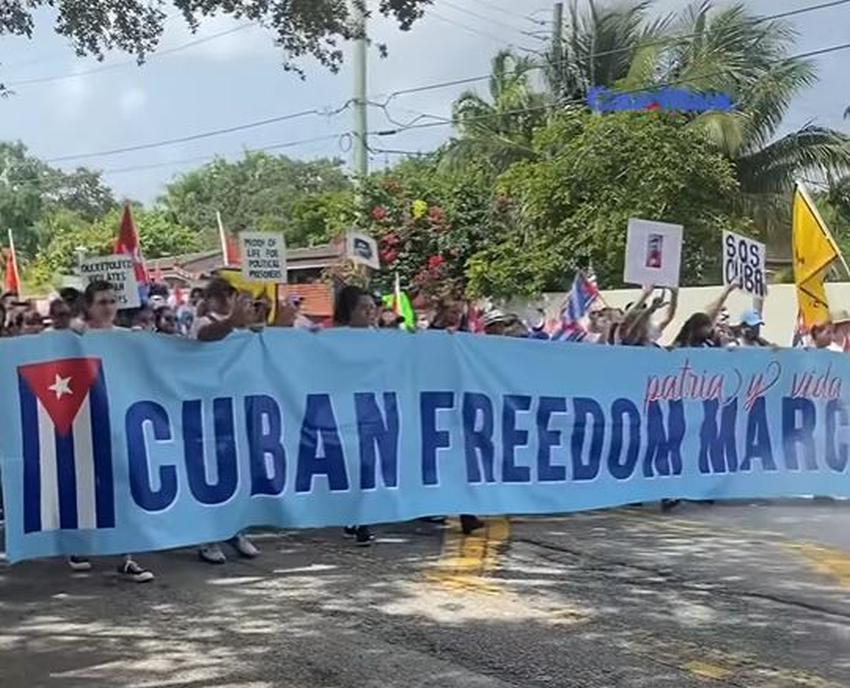 Exilio cubano marcha por las calles de Miami por Cuba libre