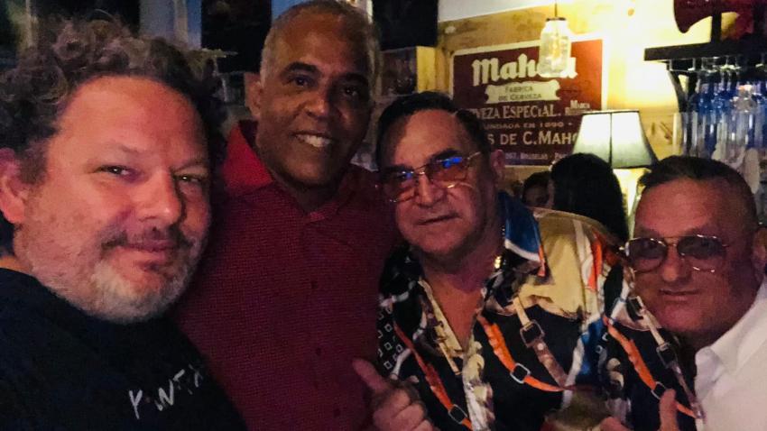 Omar Franco recibe el cariño de varios humoristas cubanos en Miami