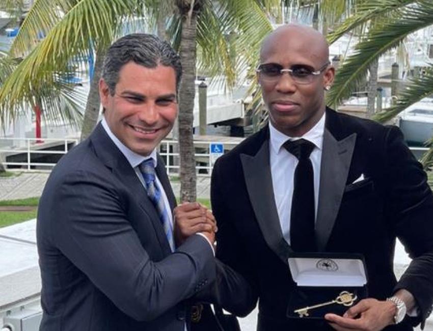 Boxeador cubano Yordenis Ugás recibe las llaves de la ciudad de Miami