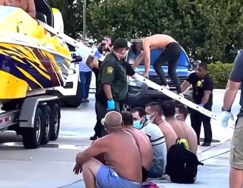 Otro grupo de balseros cubanos en cámara cuando son detenidos tras llegar a Cayo Marathon